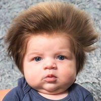 El bebé de nueve semanas con una abundante cantidad de pelo que se ha vuelto viral