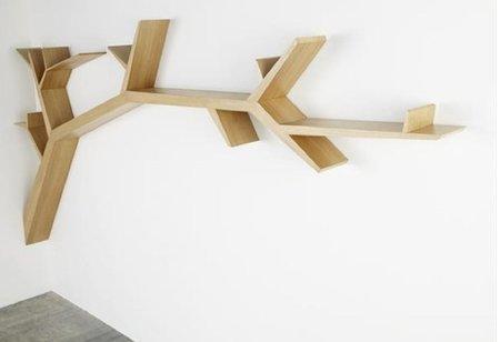 Una estantería con forma de rama de árbol
