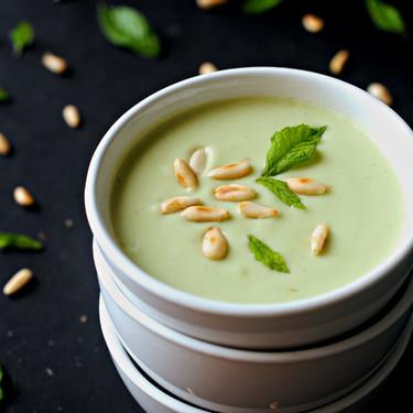 Crema fría de manzana verde, aguacate y lima a la menta, receta fácil y rápida