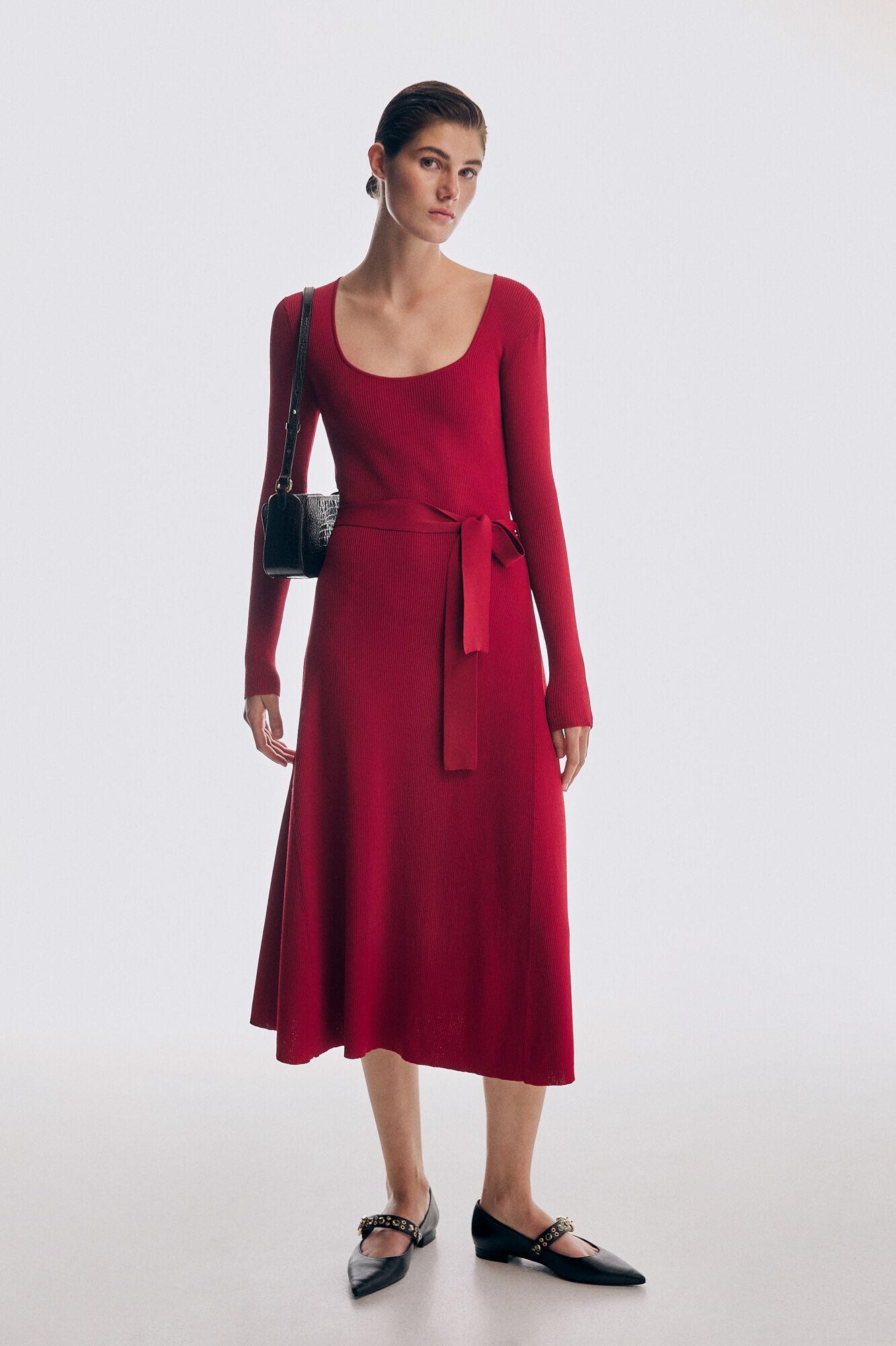 Vestido canalé con vuelo rojo de Pedro del Hierro