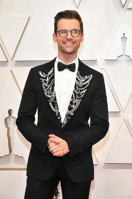 Brad Goreski adopta el drama en la solapas de su look para los premios Óscar