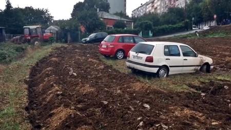 Un agricultor 'secuestra' tres coches en Lugo, o cuando la ciudad intenta colonizar al mundo rural