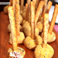 Bolitas de queso crema con arándanos y jamón serrano. Receta de botana para Año Nuevo