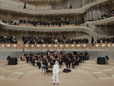 El desfile pre-fall Metiers d'Art de Chanel en la sala de conciertos de Hamburgo es lo más bonito que verás hoy