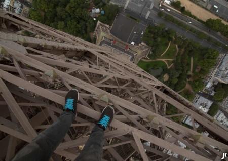 El vértigo de arriesgar la vida escalando la Torre Eiffel sin cuerdas, seguridad ni permiso