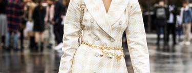 Así es el cinturón cadena que el street style ha conseguido volver a poner de moda (ni Dua Lipa se resiste a él)