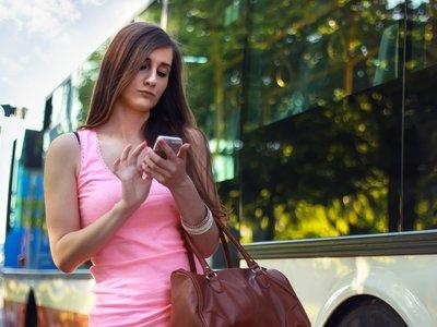 ¿Cruzas la calle viendo tu teléfono? En Honolulu podrías pagar hasta 99 dólares de multa