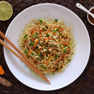 Noodles o fideos asiáticos con tallo de brócoli, cúrcuma y cebolleta fresca: receta lista en 20 minutos (sin casi cocinar)