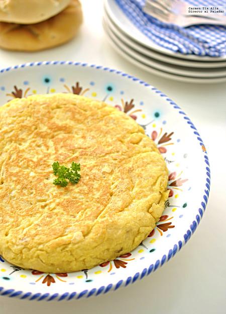 Tortilla de patatas con patatas fritas de bolsa. Una receta de Adriá que hay que probar