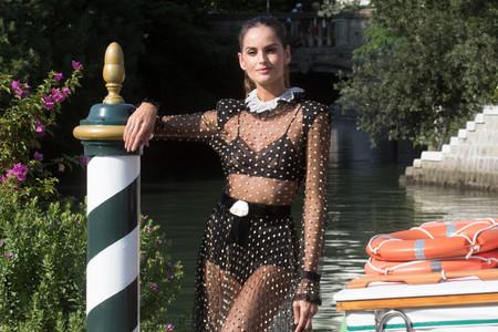 Izabel Goulart lleva el glamour más sexy al Festival de Venecia 2018