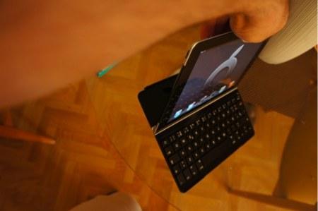 El conjunto aguanta incluso si lo sujetamos desde el iPad gracias a los imanes incluidos en ambos