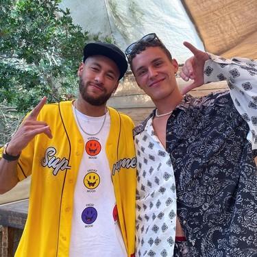 Arón Piper, fan sintomático, le pide a Neymar que le firme la mascarilla y este, al día siguiente, da positivo en coronavirus