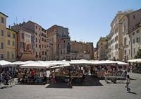 Campo dei Fiori: activo mercado de día, punto de encuentro de los jóvenes por la noche
