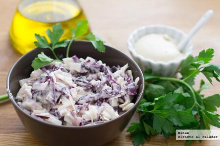 Ensalada de col lombarda con mayonesa vegana, receta para guarnecer todo tipo de platos