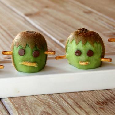 El monstruo de Frankenstein hecho con kiwi, el postre saludable sin azúcar añadido, ideal para una merienda de Halloween
