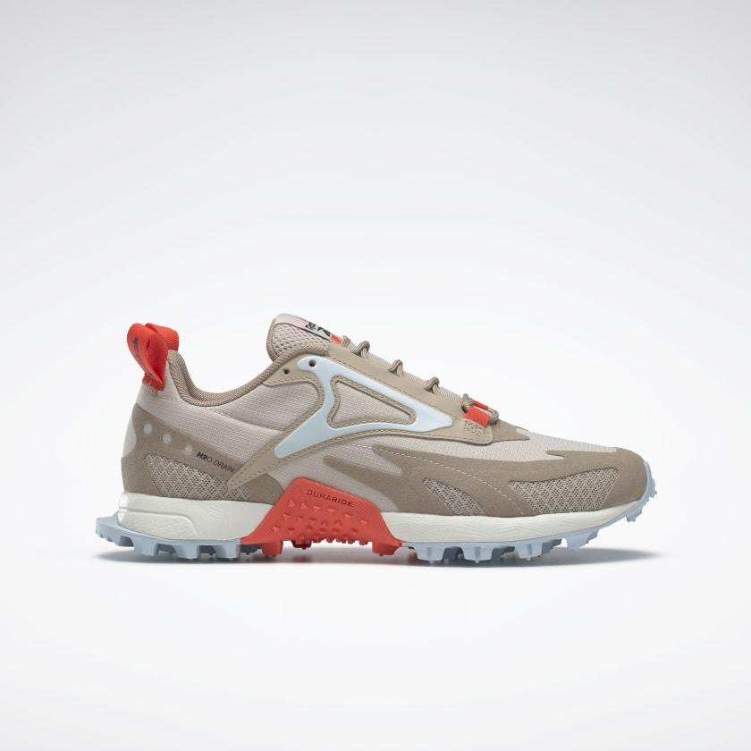 Inspirada en las zapatillas de montañismo, este modelo cuenta con una mediasuela acolchada de EVA que reduce los impactos en el talón.