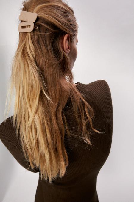 La sofisticación del cuero aterriza en nuestras melenas con estos ocho accesorios para el pelo de efecto piel