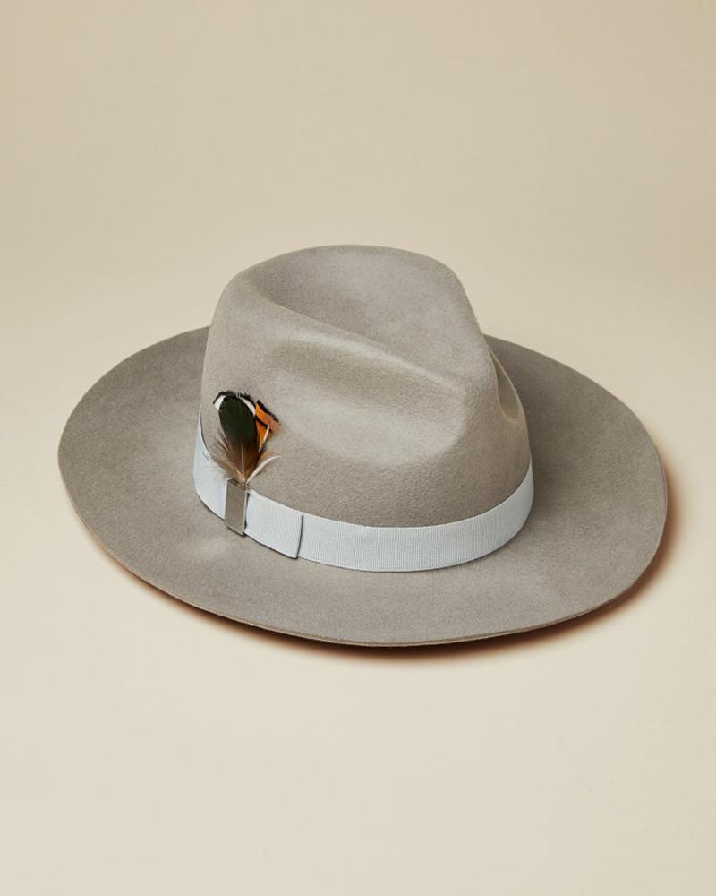 Sombrero fedora con pluma