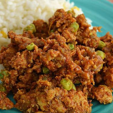 Pollo estilo indio con chícharos. Receta fácil en olla de cocción lenta
