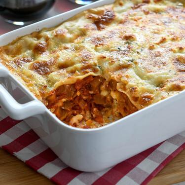 Lasaña de berenjena, tomate y cuatro quesos, la receta de pasta que va camino de convertirse en tu favorita
