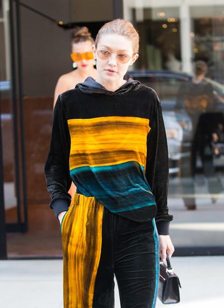 Del monocolor al multicolor, Gigi Hadid se atreve con todo y se enfunda un look de terciopelo en pleno verano