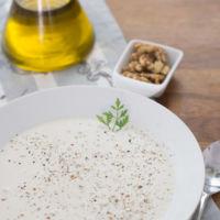 Tarator o sopa fría de yogur y pepino. Receta búlgara