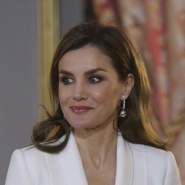 Doña Letizia Ortiz apuesta por el blanco y negro (y nos enseña que repetir estilsimo puede ser un gran acierto)