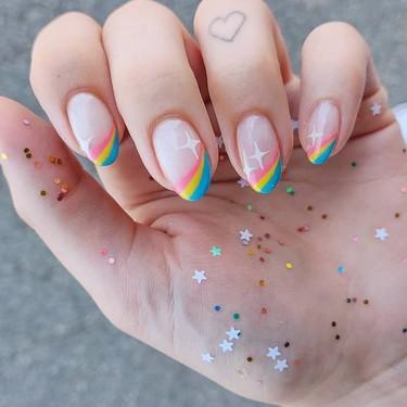 El arcoíris más positivo da el salto a nuestras manicuras y llena nuestras manos de buen rollo y color