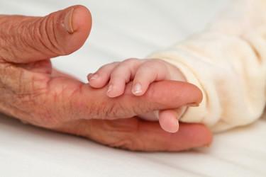 """""""No os rindáis nunca"""": ha conseguido ser madre a los 65 años tras intentarlo toda la vida"""