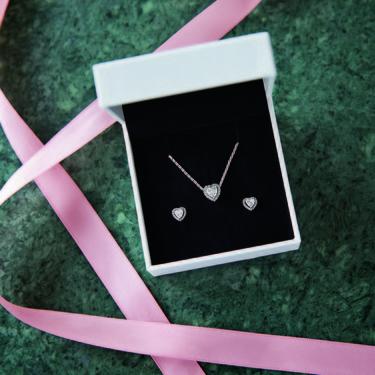La colección de Navidad de Pandora tiene las joyas ideales para brillar con los looks de fiesta