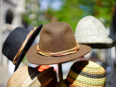 El Museo del Traje celebra el día de Santa Catalina con una exposición que reivindica el uso de los sombreros