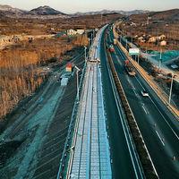 China ha construido una autovía de paneles solares que genera electricidad mientras pasas por ella
