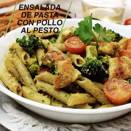 Ensalada de pasta con pollo al pesto. Receta en video