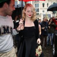 ¡Gracias Emma Stone y Chloë Sevigny por estos looks en el desfile de Miu Miu!