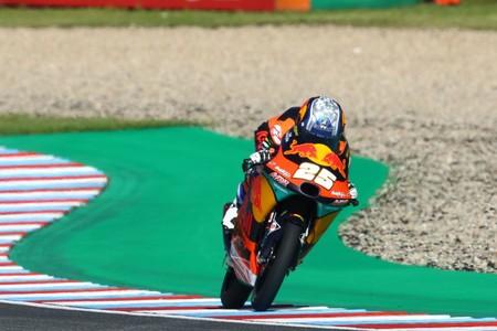 Raúl Fernández consigue su primera pole position en otra esperpéntica clasificación de Moto3