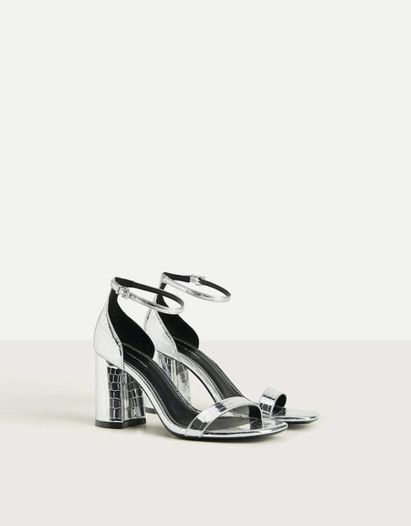 https://www.pullandbear.com/es/mujer/rebajas/zapatos/sandalias-de-tac%C3%B3n/sandalia-tiras-marr%C3%B3n-c1030207006p501914514.html?cS=100