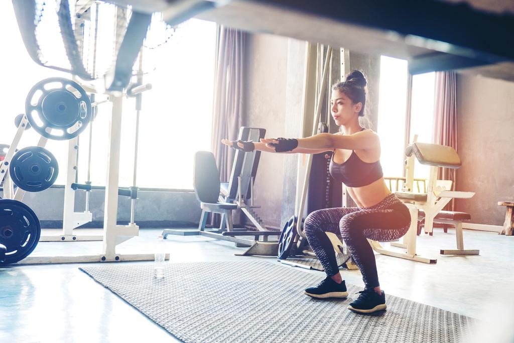 Cardio en casa: sentadillas con medio salto. Cómo hacer bien este ejercicio paso a paso