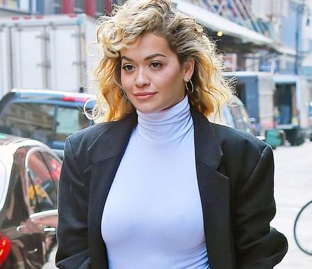 Podría tratarse de un film de los 80, pero es Rita Ora paseándose por las calles de Nueva York