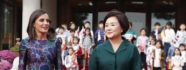 La reina Letizia sigue apostando por las flores en su visita a Corea del Sur