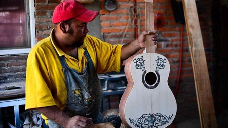 """Popularidad de 'Coco' dispara la venta de guitarras blancas en Paracho, Michoacán"""""""