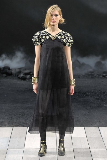 Foto de Chanel Otoño-Invierno 2011/2012 en la Semana de la Moda de París: el Apocalipsis de Karl Lagerfeld (9/17)