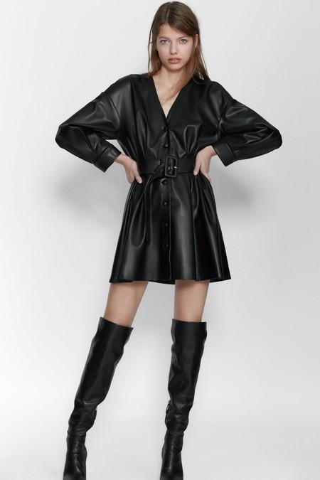 Vestido corto de escote pico y manga larga con pliegues.