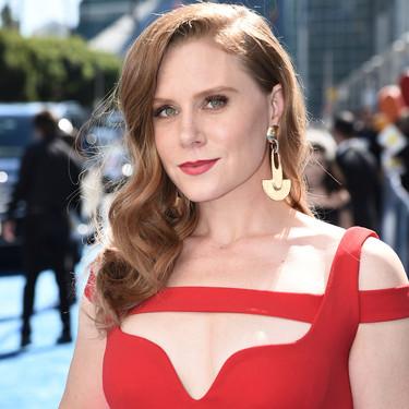 Premios Emmy 2018: Amy Adams se apunta a la moda del rojo con este vestido tan sensual como minimal