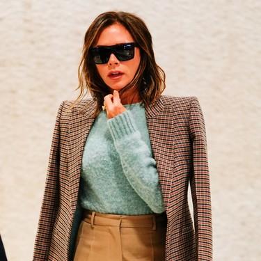 Victoria Bekcham tiene el truco para feminizar un look working girl: añadir color