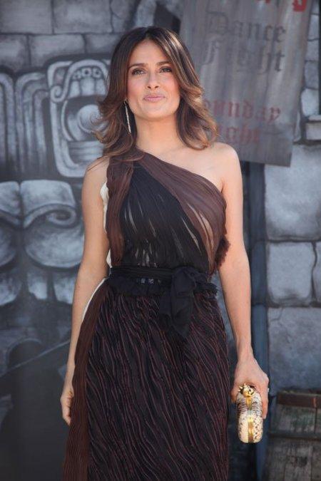 Los diferentes looks Salma Hayek en las premieres de El Gato con Botas