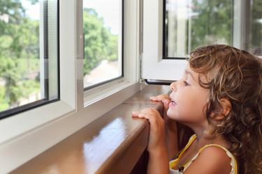 Ahora que viene el calor y abrimos las ventanas, ¡cuidado con los niños!
