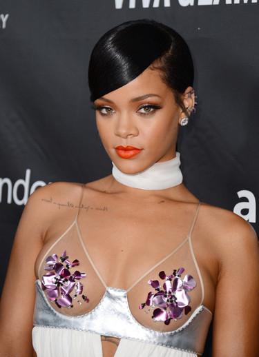 Rihanna tiene telita (pero no para taparse) en la fiesta de amfAR para Tom Ford