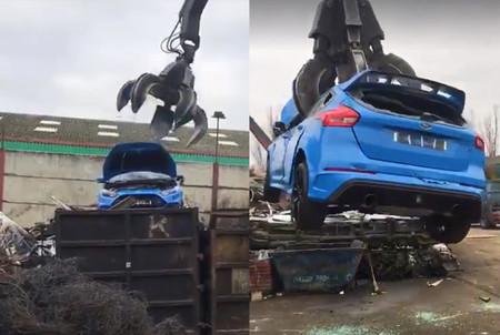 Dolorpasión™: Un Ford Focus RS pierde su fatídica batalla contra una garra gigante