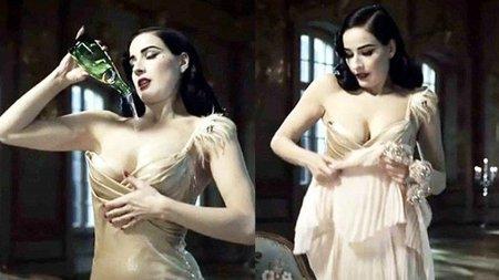 Dita Von Teese vende agua en un anuncio mientras se refresca los pechos