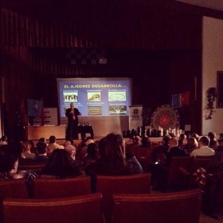 Leontxo García presenta en el Colegio Montpellier de Madrid cómo el ajedrez enseña a pensar a los niños